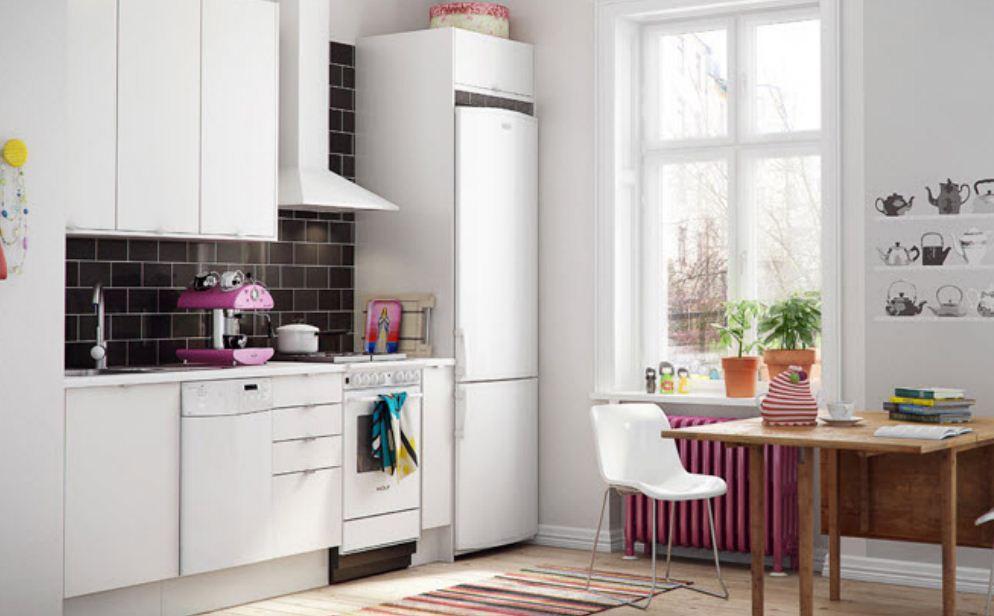Холодильник белого цвета в интерьере кухни