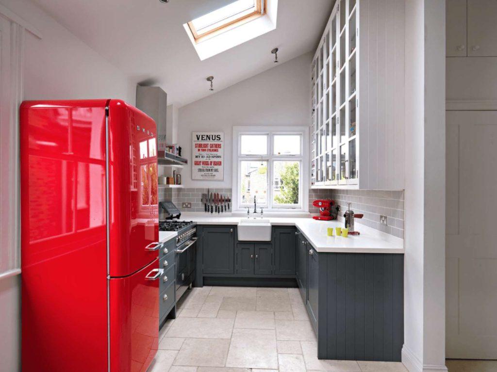 Холодильник красного цвета в интерьере белой кухни