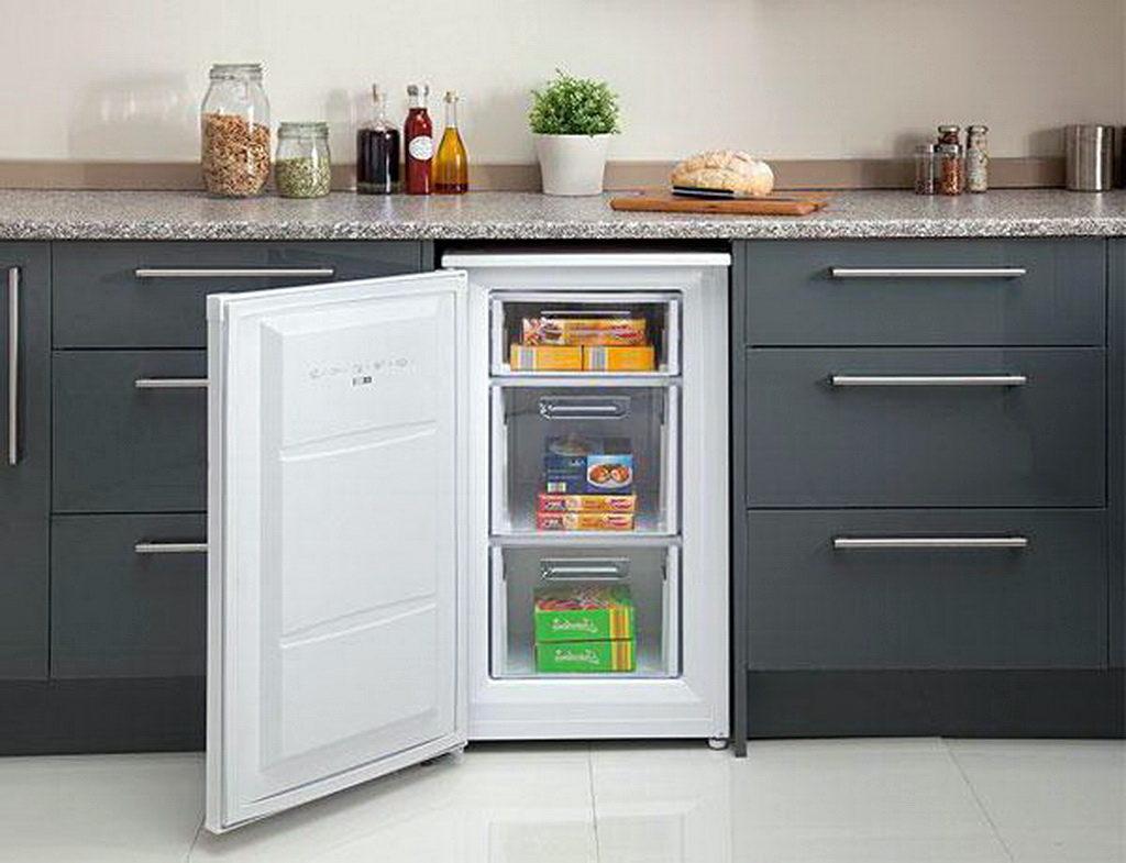 Холодильник с одной камерой в интерьере кухни