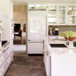 Холодильник в интерьере кухни белого цвета на входе