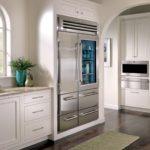 Холодильник в интерьере кухни двухсекционный