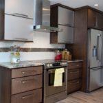Холодильник в интерьере кухни двухсекционный в шкафу с антресолями