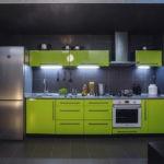 Холодильник в интерьере кухни линейной конфигурации