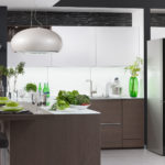 Холодильник в интерьере кухни с черным фасадом