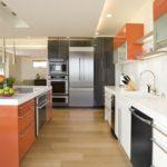 Холодильник в интерьере кухни с серым шкафом