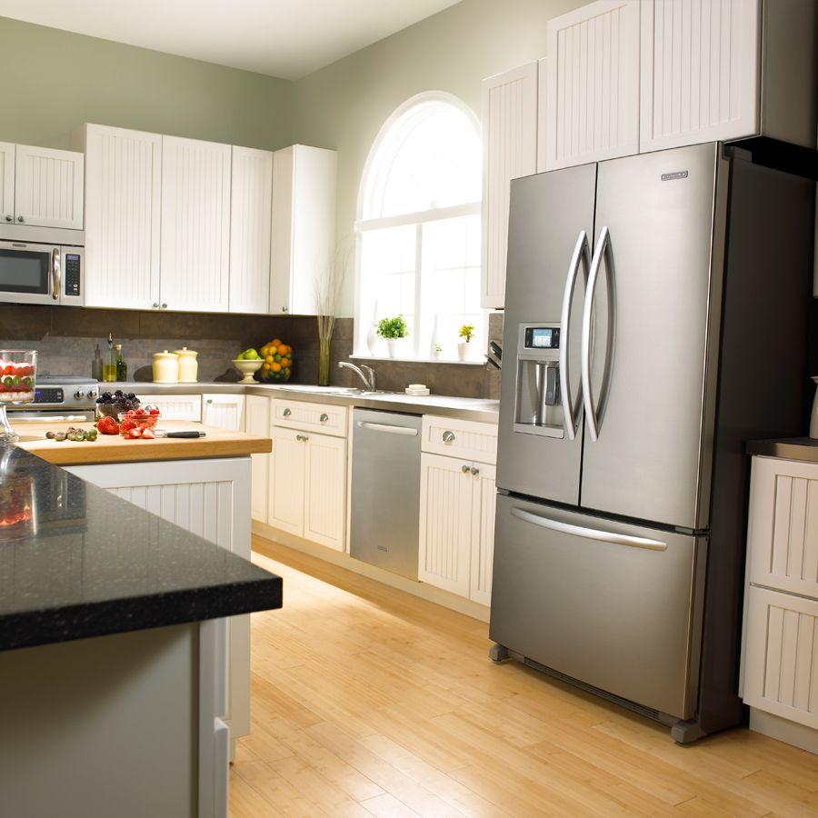 Холодильник в интерьере кухни серебристого цвета