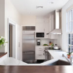 Холодильник в интерьере кухни серый металлик