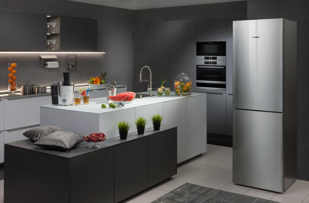 Холодильник в интерьере кухни в серых тонах