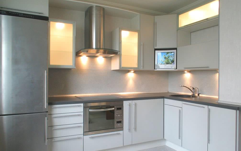Холодильник в интерьере кухни в стиле хай-тек