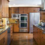 Холодильник в интерьере кухни встроенный в стенку