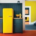 Холодильник желтого цвета в интерьере кухни в ретро-стиле