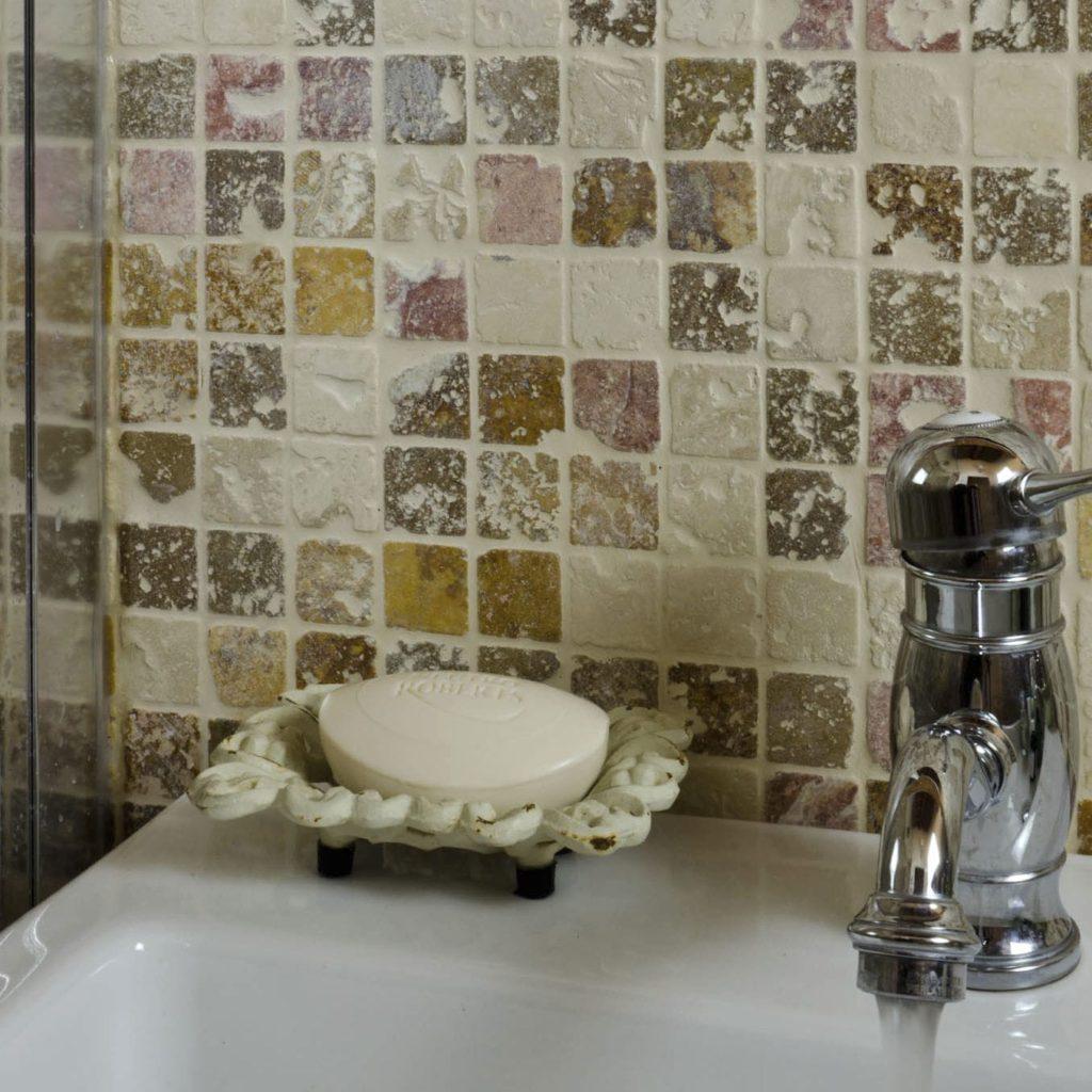 Мозаика для ванной комнаты из натурального камня пиксельная
