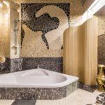 Мозаика в ванной комнате асимметричная серо-бежевая