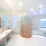 Мозаика в ванной комнате градиент от красного к голубому на белом фоне