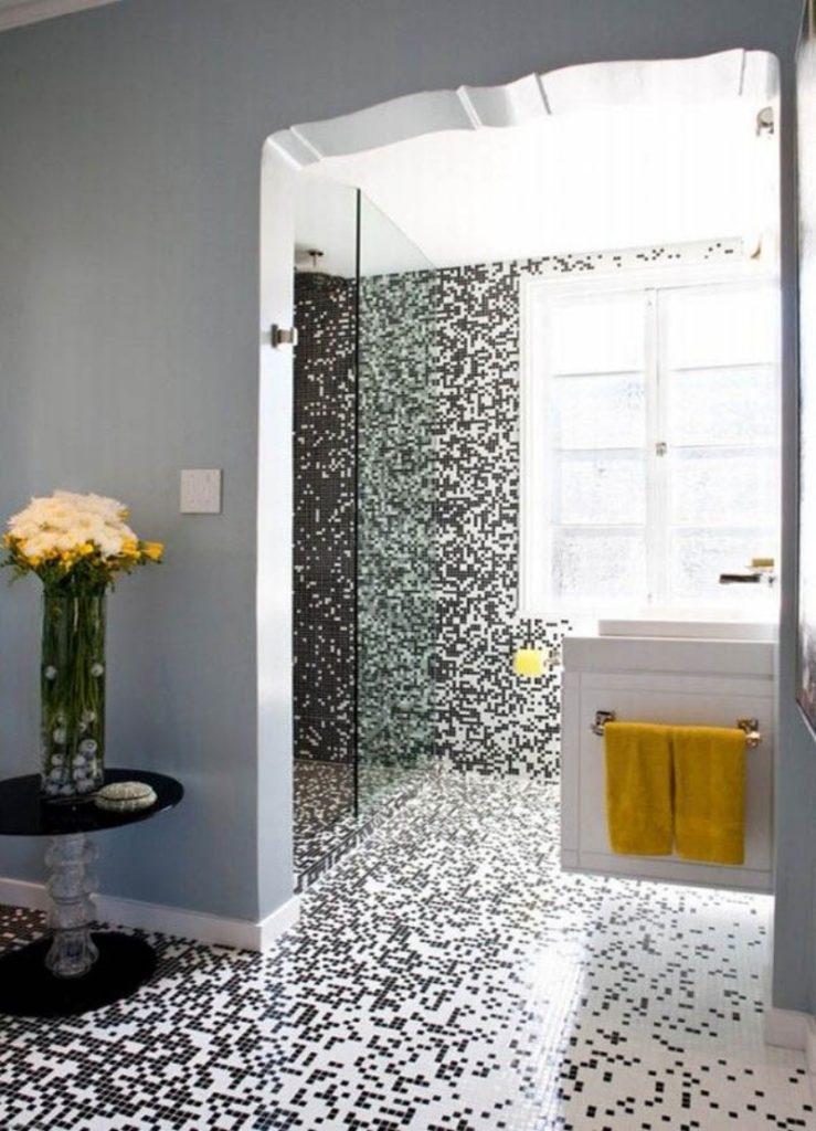 Мозаика в ванной комнате из черно-белого стекла
