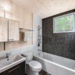 Мозаика в ванной комнате композиция с кафелем и обшивкой деревом