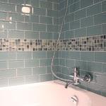 Мозаика в ванной комнате поясок между рядами керамической плитки