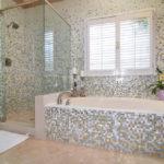 Мозаика в ванной комнате разноцветный плавный переход