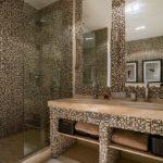 Мозаика в ванной комнате с туалетным столиком