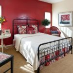 оформление красной акцентной стены в спальне
