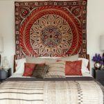 Оформление стен в спальне индийский текстиль