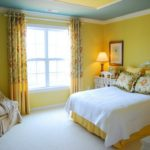 Оформление стен в спальне канареечным цветом