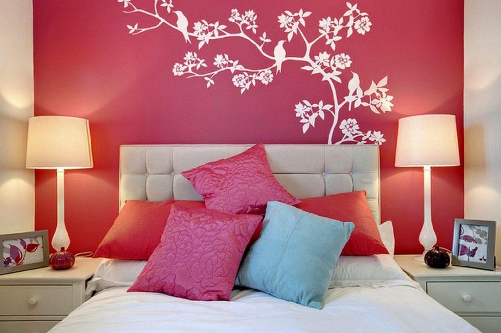 оформление стен в спальне контраст