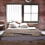 Оформление стен в спальне необработанная кирпичная кладка