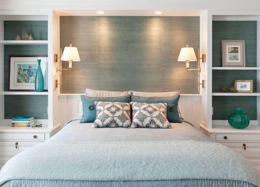 оформление стен в спальне ниша и полки
