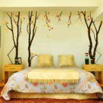 Оформление стен в спальне рисунком и фотографиями