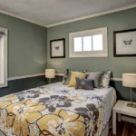 Оформление стен в спальне в частном доме