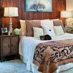 Оформление стен в спальне вертикальными деревянными брусками