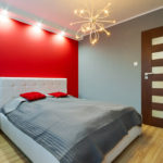 Оформление стены в спальне красным цветом