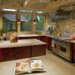 Отделка декоративным камнем стен на кухне в стиле кантри