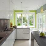 Серая палитра кухни и стен разбавлены белым и зеленым