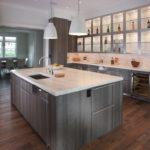 Серая палитра кухни и столешницы под белый мрамор