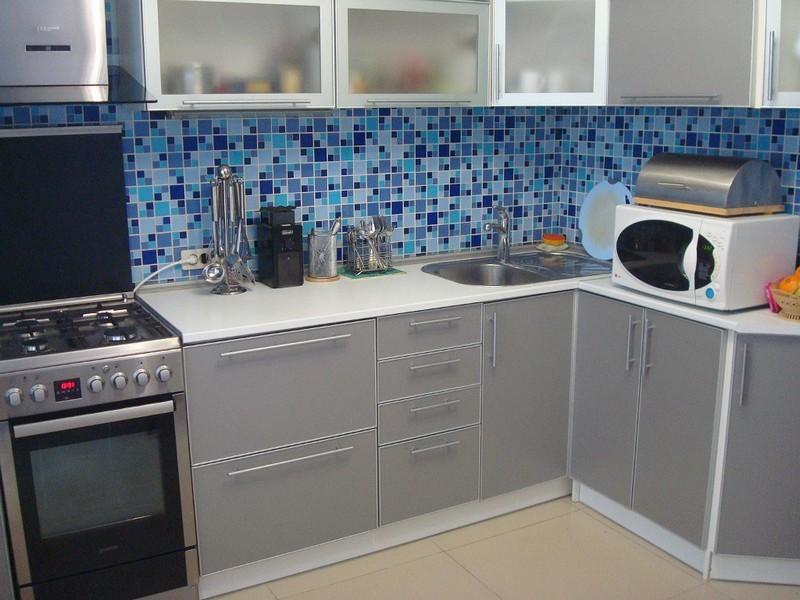 Серая палитра кухни мозаичный фартук
