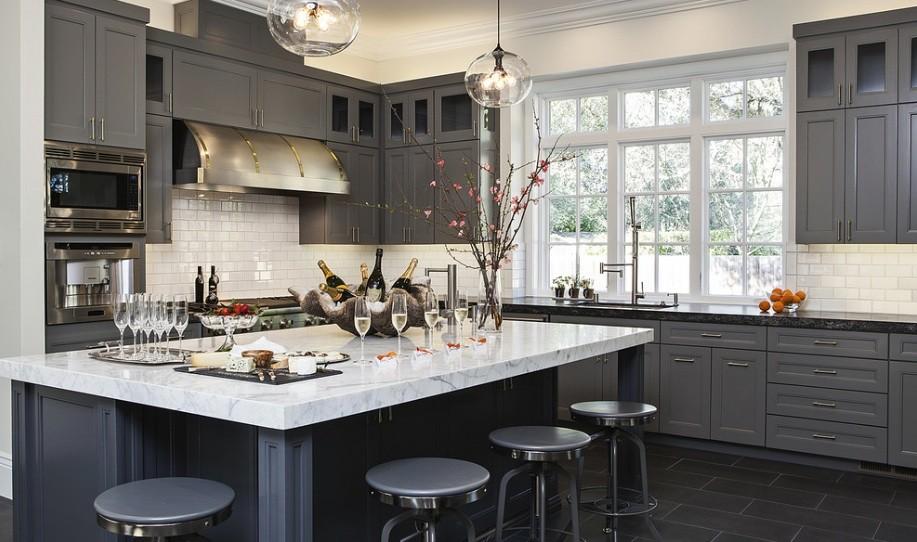 Серая палитра кухни обеденная зона с мраморной поверхностью