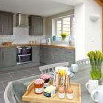 Серая палитра кухни с белым потолком и стенами