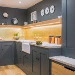 Серая палитра кухни с бежевым полом и светло-желтым фартуком