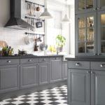 Серая палитра кухни с шахматным полом и белым потолком