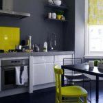 Серая палитра кухни с темно-серой гаммой и желтыми предметами интерьера