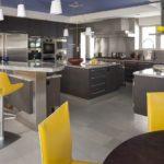 Серая палитра кухни с желтыми элементами мебели