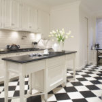 Серая палитра кухни темные тона разбавлены почти белым цветом