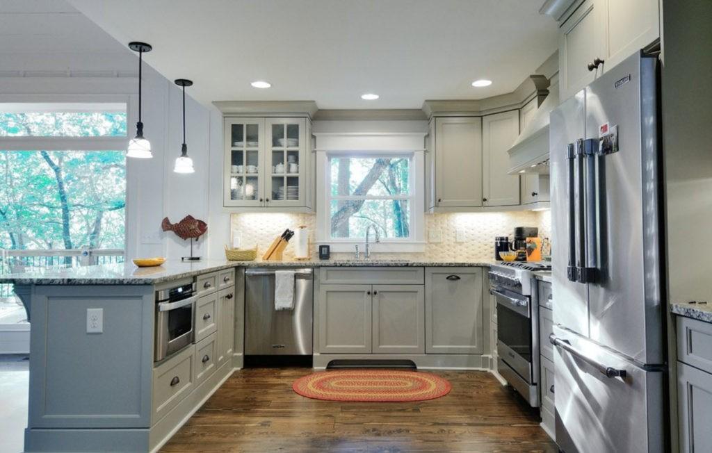Серая палитра кухни точечная подсветка потолка