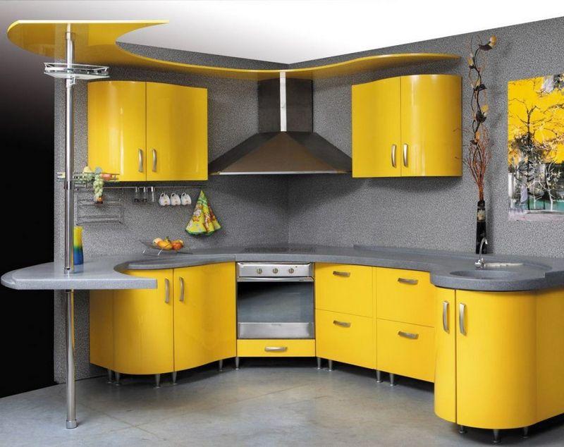 Серая палитра кухни в сочетании с желтым