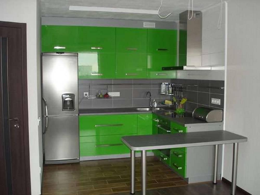 Серая палитра кухни в сочетании зеленым