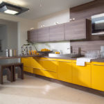 Сочетание цветов интерьер кухни матовый желтый и светлый коричневый на белом