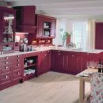Сочетание цветов интерьер кухни вишнево-красный гарнитур на белом фоне