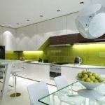Современная кухня глянцевый фартук оливкового цвета